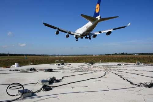 以停泊宽体飞机的波音747,空巴a380和an124巨型飞机,跑道与滑行道会
