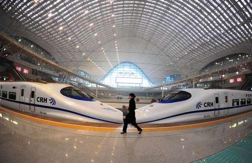 与时速可达350公里的高铁竞争,正迫使国航与南航减票价,并展开一轮