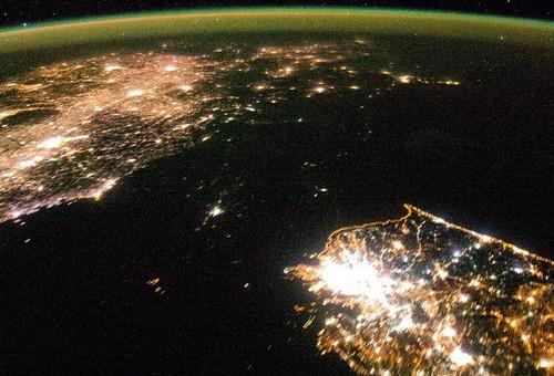 朝鲜半岛夜晚灯光对比明显 南边灯火通明北边漆黑一片