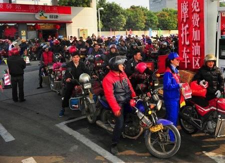 珠三角工厂春节前相继放假,一批批打工的人们采取骑摩托车的方式返乡.