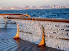 美轮美奂!海岸护栏冻出两公里冰凌