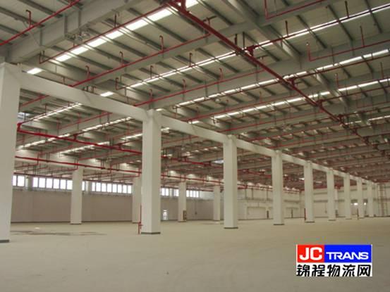 锦程物流网上海讯(记者郑瑜),记者日前从上海外高桥物流中心处了解到,上海外高桥物流保税园区二期仓库已经基本建设完成。该仓库总建设面积为27.83万平方米,共分上下两层,室内净高6-11米,每平方米可载重3吨货物,仓库内其他基础配套设施均达到国际先进水平,可以满足不同企业的多种需要。目前已经有三家企业签约并准备入驻。已经完成的一期工程总面积为10万平方米,共引进物流企业15家,为国际著名集团提供完善的供应链服务。    上海外高桥物流保税园区是国务院批准的首家区港联动试点项目,是上海市十五期间重点规划